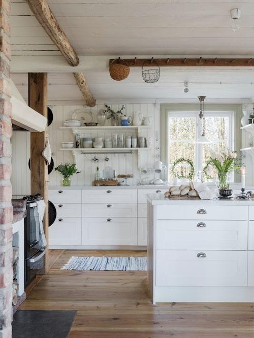 Alla innertaken är handhyvlade gamla originalbrädor. De gamla golvbrädorna var dessvärre inte i skick att återanvändas så Jessica och James har tillverkat ett nytt kilsågat furugolv själva.  Det platsbyggda köket som Jessica och James hade tänkt sig fick ge plats för ett kök från Ikea av praktiska skäl.