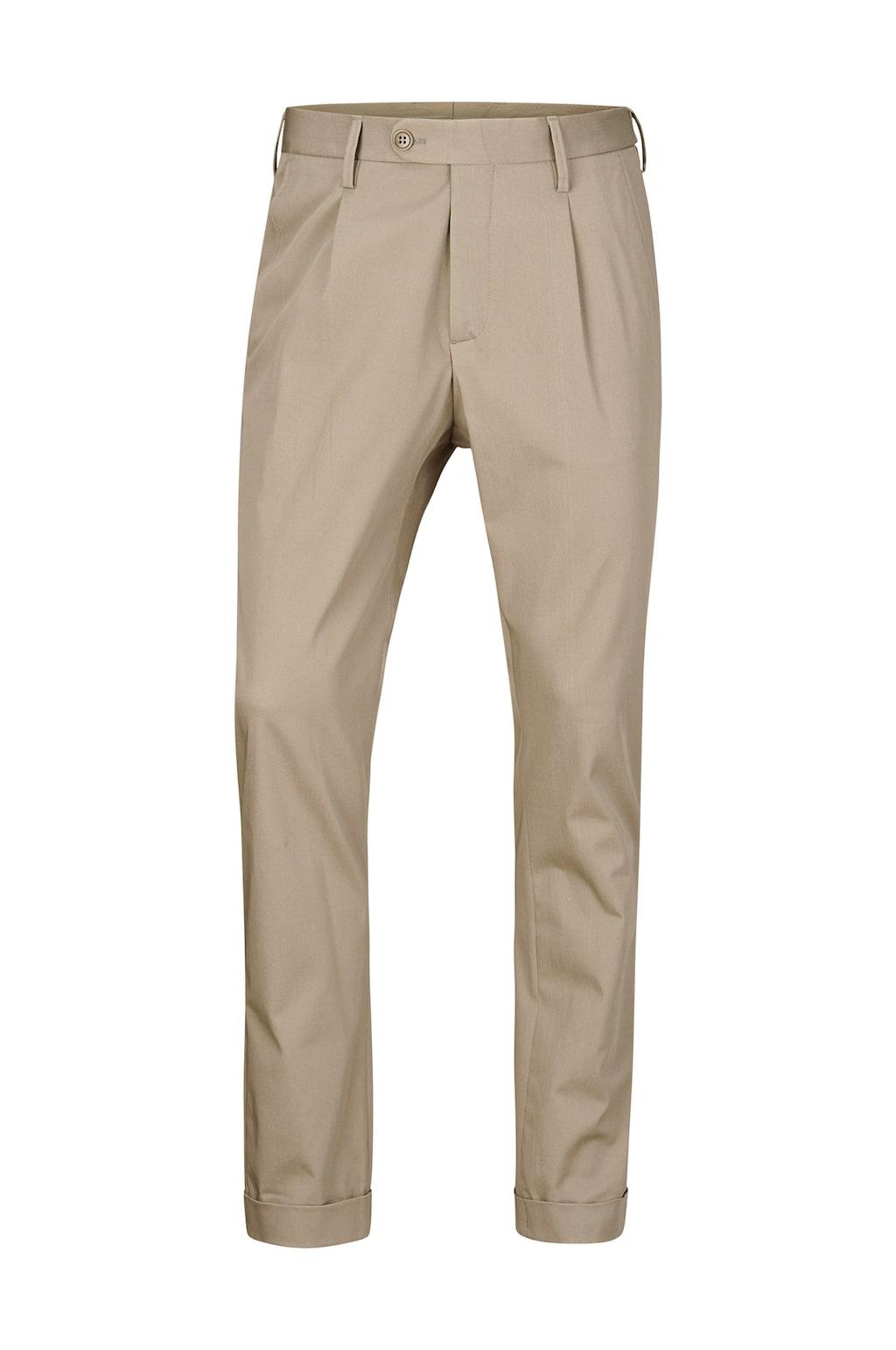 Chinos i stilig modell med lagda veck och två snedskurna fickor framtill. Pris: 699 kronor.