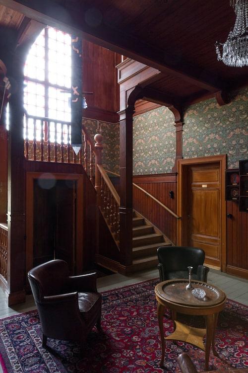 Från ferieskola till uthyrning till släktfejd... När föräldrarna gick bort och alla barnen ärvde kom de inte överens och villan såldes. Här den magnifika hallen med öppen spis och vacker trappa i original.