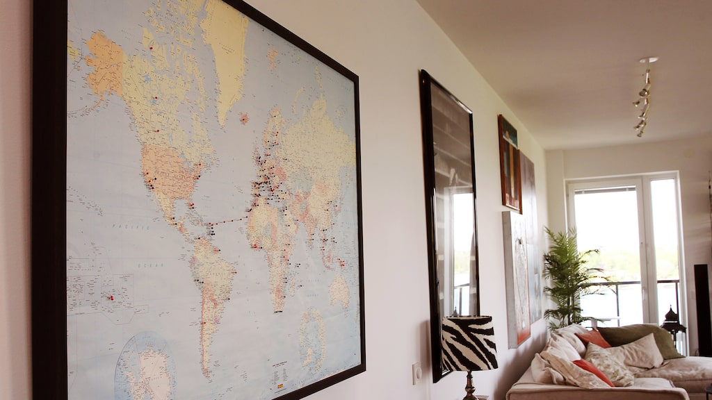 Agneta reser mycket i jobbet. På en inramad världskarta pekar massor av nålar ut alla platser som hon varit på.
