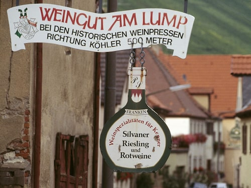 I Franken finns många pittoreska byar eller mindre städer som är väl värda ett besök. En stor sevärdhet är Frankens huvudstad Würzburg, en gammal barockstad med ett känt universitet.