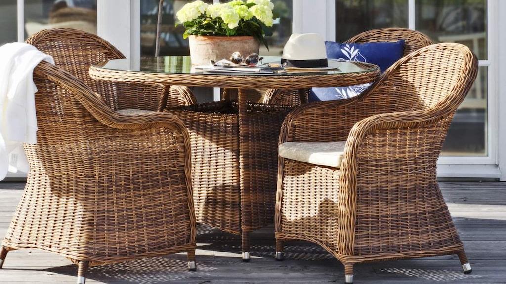 Möbelgrupp med bord i konstrotting och härdat glas och 4 stolar i konstrotting, 9 995 kronor, Plantagen.