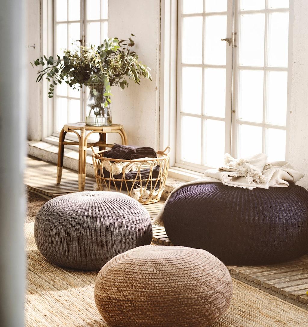 Sandared sittkuddar i olika storlekar och modeller. Beige 499 kronor, grå 699 kronor, mörkblå 995 kronor.