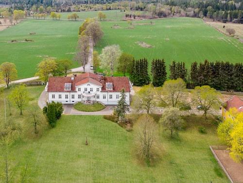 Den småländska gården Uppåkra gård är till salu.
