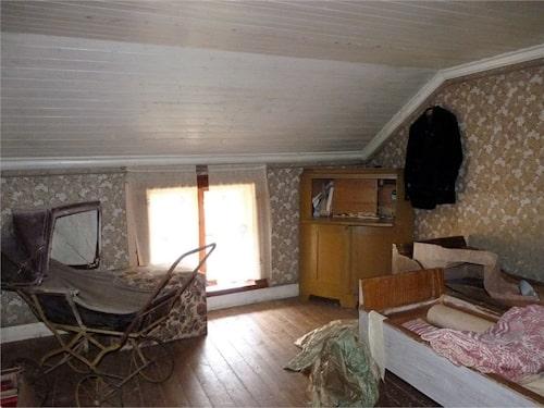 Det minsta sovrummet är fullt med prylar.