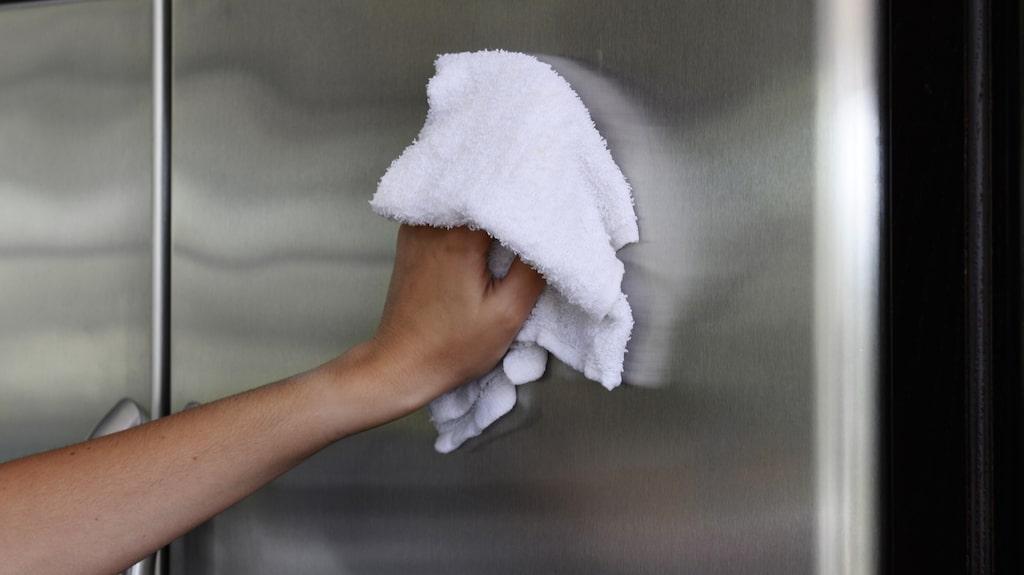 Enkla knepet för att få bort fläckarna från rostfria utrymmen är...