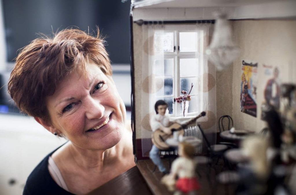 """Eva-Lott """"Lotta"""" Carlsson älskar att göra miniatyrföremål. Hon har byggt ett dockskåp som föreställer ett kafé."""