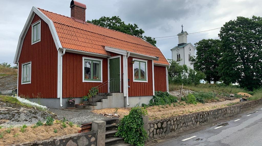 Sara Bäckmo tycker att det är trevliga energier i huset som hon kallar sin frustuga. Huset var tidigare en kyrkvaktmästarbostad men är numera hennes skrivalya.