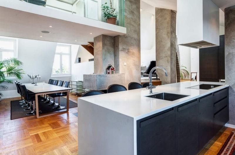Folkkungagatan 76, Södermalm<br>Storlek: 173 kvadratmeter.<br>Antal rum: 6.<br>Pris: 17 500 000.<br>Kvadratmeterpris: 101 156 kronor.<br>Fakta: Vindsvåning med två altaner, ångbastu, orangeri, öppen spis och hiss i våningen. Lägenheten har 6-7 rum och två badrum.