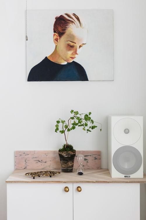 """Konst är ett stort intresse och viktigt inslag i hemmet. Flickporträtt är ett tema, i matsalen hänger """"Andrea"""" av konstnären Anders Udd."""