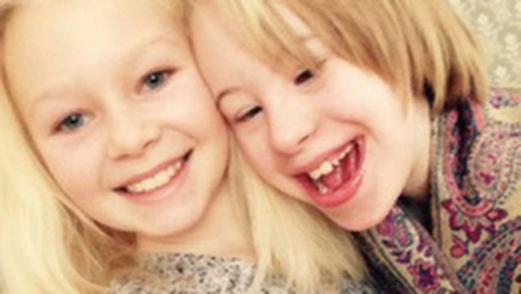 Syskonkärlek. Nathea, 10, och Noelle, 13, är glada över att så många tackat ja till att gå i olikfärgade strumpor i morgon.