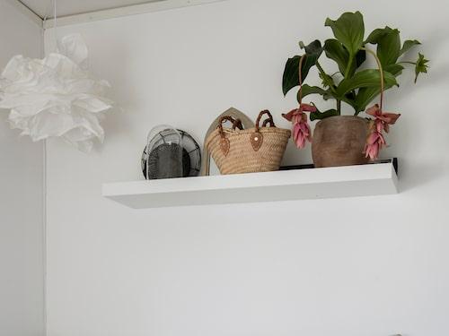I det kombinerade gäst- och arbetsrummet står en gästsäng med kuddar från Ellos, Tine K home och Himla.