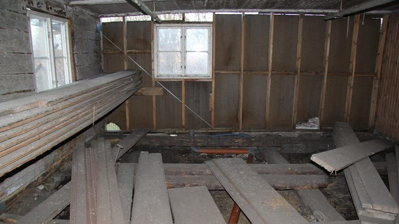 """Husets golv och inredning revs ut för 25 år sedan och är vad man skulle säga ett """"stort renoveringsobjekt"""" för den som köper."""