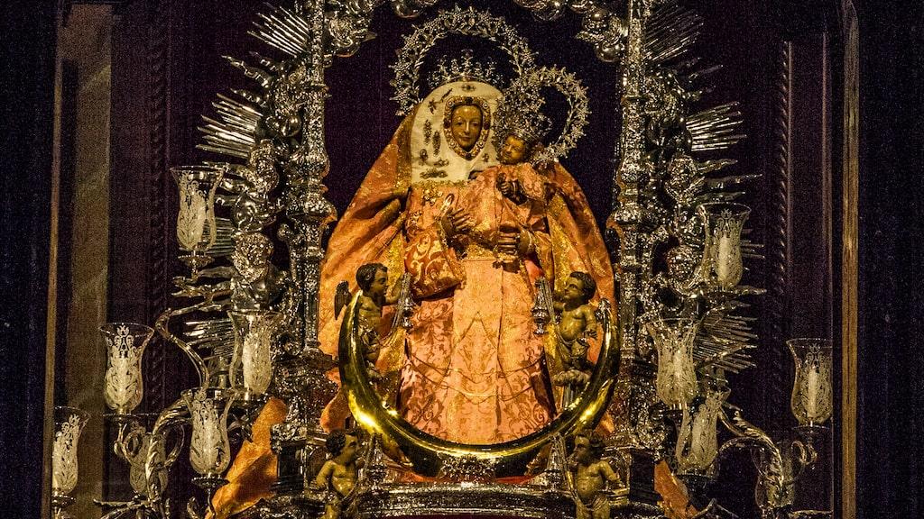 Många katoliker kommer till Teror för att be vid öns viktigaste skyddshelgon La Virgen del Pino – Tallens madonna.