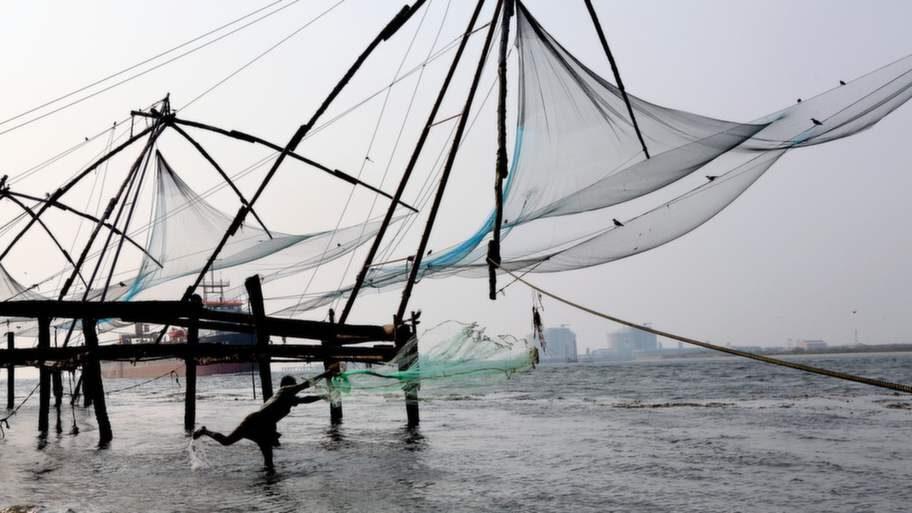 I Fort Cochin fiskas det fortfarande med traditionella kinesiska fiskenät.