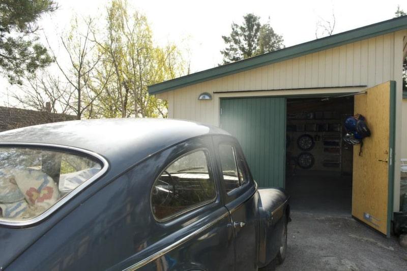 BILRUMMET. Det nybyggda, fristående garaget är främst av allt till för att förvara ögonstenen, en PV från 1965.