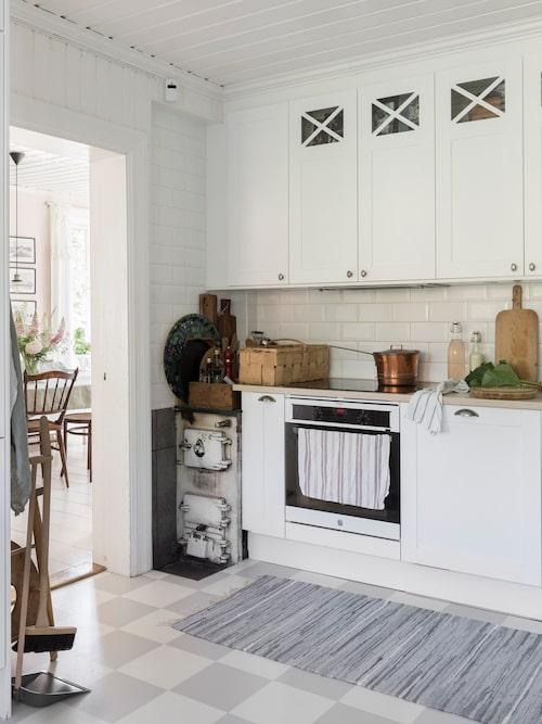 Den gamla köksspisen som förr i tiden värmde upp huset och bidrog med varmvatten har fått vara kvar och skvallra om tiderna som flytt.