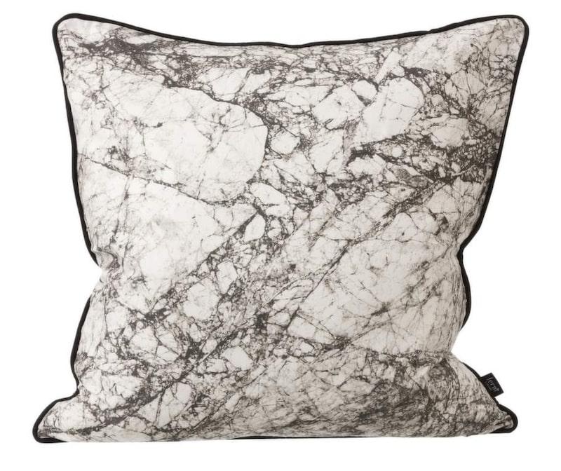 """""""Miljonårig poesi"""", sa Ernst Kirchsteiger om marmor. Vackert och supertrendigt material som även syns som mönster på kuddar. Kudde med marmortryck, 630 kronor, Ferm living."""