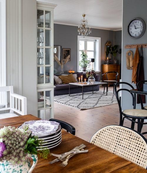Genom att tänka på hur rummen samspelar har Sara skapat lyckade enheter. Vardagsrum och kök kompletterar eftertänksamt varandra i färg och inredningsval.