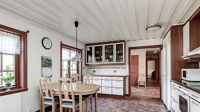 Köket är modernt med inredning från Ballingslöv.