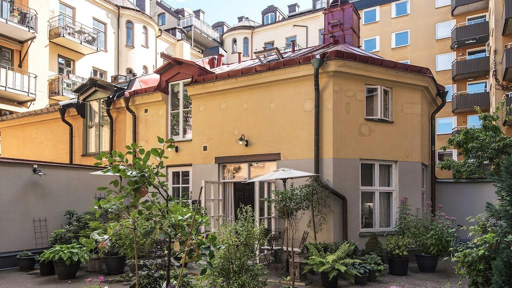 Det charmiga gårdshuset byggdes 1882 och var då ett stall. Huset ligger intill Odenplan i Stockholm och är nu till salu.