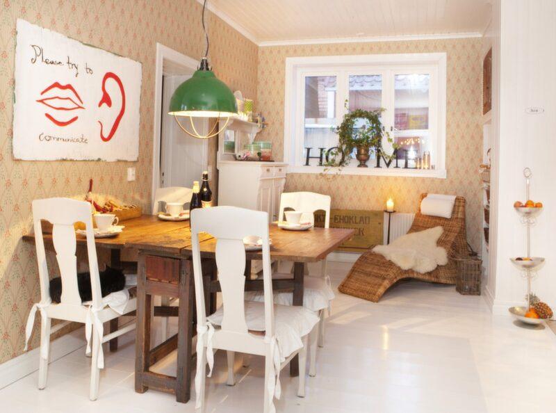 Vid matbordet Unika detaljer ger Johannas hem personlighet. Den gröna lampan som hänger över köksbordet är en gammal modell som finns i grisstall.