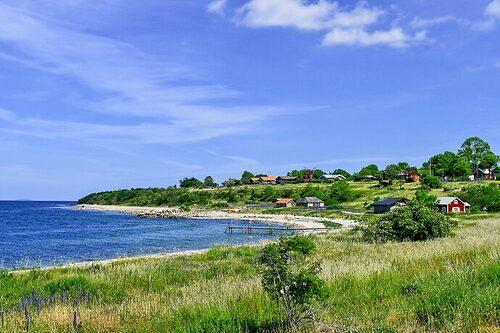 Sommarstället ligger på Ölands västra kust, 1,5 mil norr om Borgholm.
