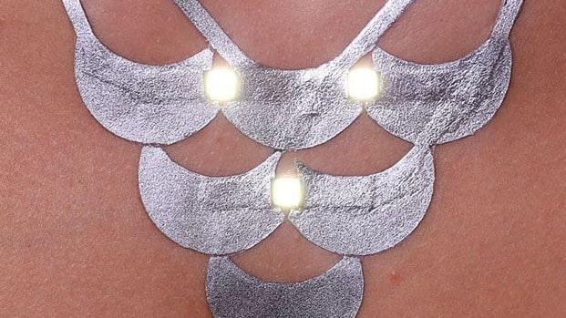 Den elektroniska tatueringen går att få både som halsband och armband.