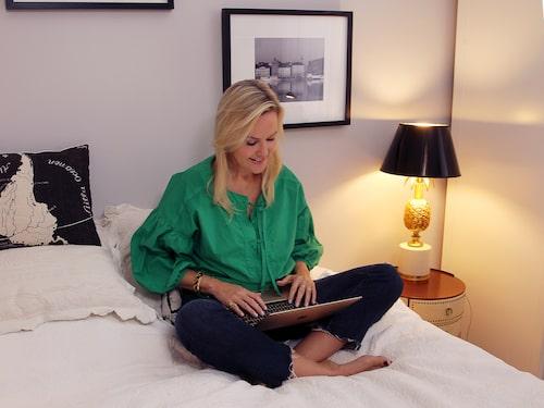 """""""Att skriva är en uthållighetssport. Dag efter dag framför datorn, timme efter timme. Skriva om och skriva om igen. Oftast sitter jag i sängen och skriver. Ibland i soffan eller i köket. Jag kan skriva var som helst. Har jag lurar med musik kan jag skriva på biblioteket eller när jag åker tåg."""""""
