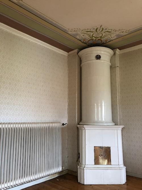 """Även om det fanns många skador i huset fanns det mycket välbevarat kvar. Så som kakelugnarna och de vackra takmålningarna. """"Det är ett helt fantastiskt hus. Det märks ju att de visste hur man byggde hus förr."""""""