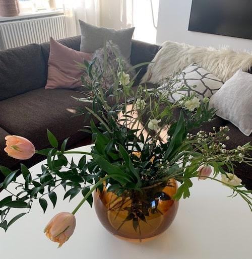 Inredningen får gärna bestå av runda former och färska blommor.