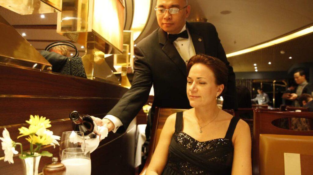 Det är onödigt att tömma vinflaskan bara för att man har betalat för den, säg till servitören i stället, så får du spara den till nästa kväll.
