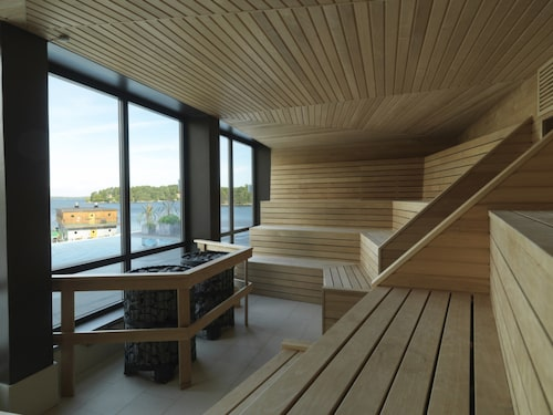 Skepparholmen Nacka Spa har utomhuspool året om.