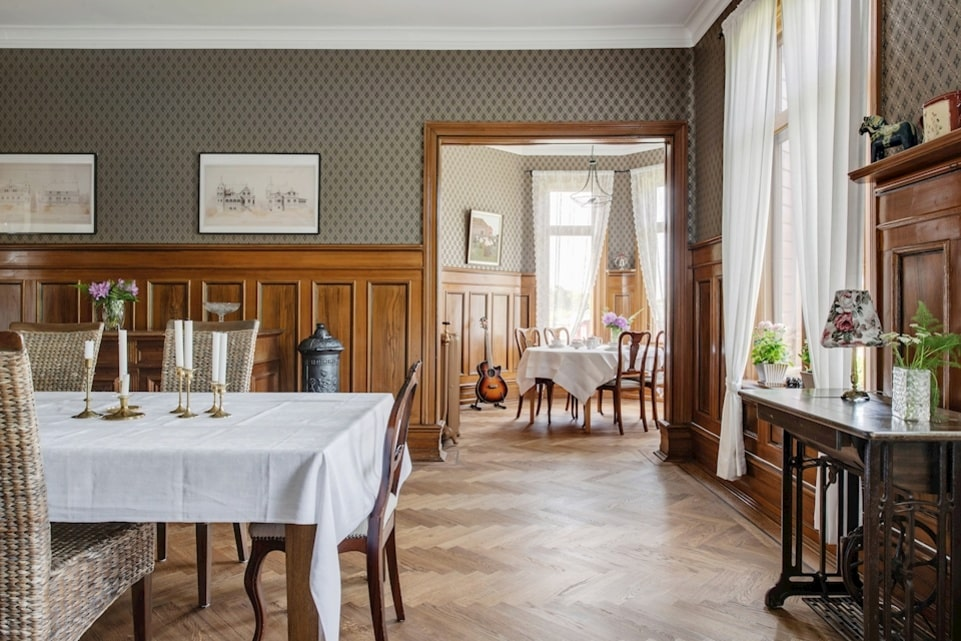 Samtliga rum går i klassisk romantisk stil.