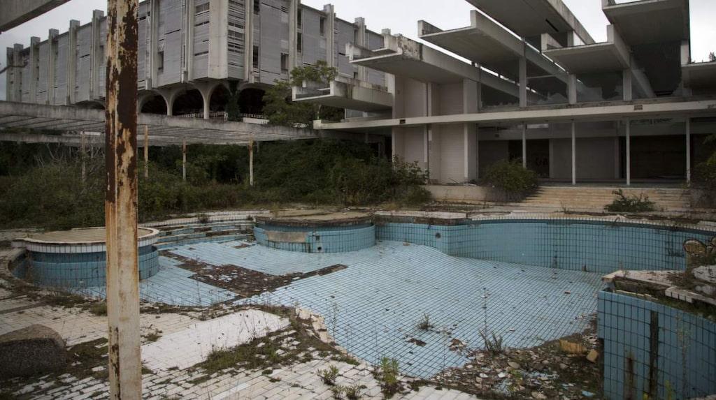 <p>En swimmingpool på det ödelagda hotellet Palace i Haludovo - en ö i Kroatien.</p>