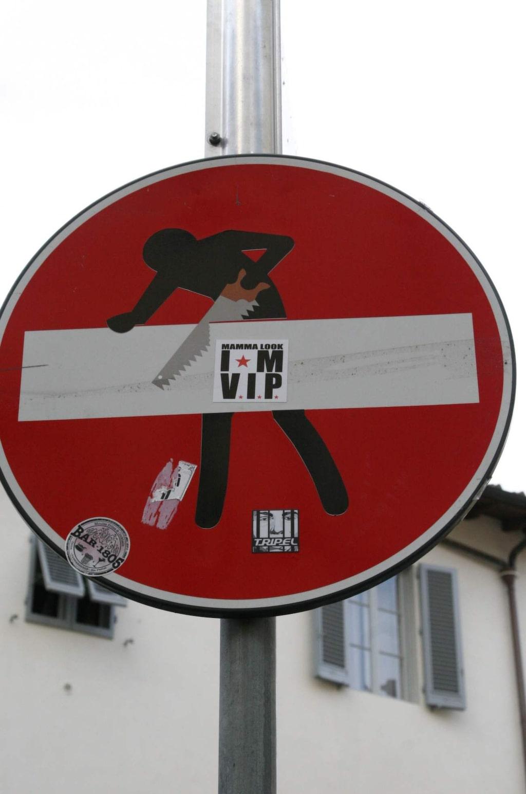 Den mytomspunne graffiti-konstnären Clet har fixat till många av Florens trafikskyltar på sitt eget sätt.