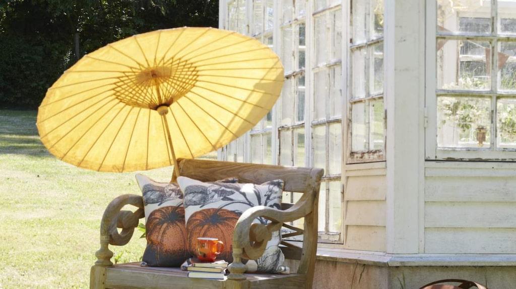 Trädgårdsstol snidad för hand i Indonesien av återvunnen teak, 1 800 kronor, Ludvigsdal. Asiatisk paraply av bambu och vattentät, oljeimpregnerad bomullsväv, 350 kronor, trädgårdsbollar i obehandlat plattjärn 320-800 kronor beroende på storlek, allt från Ludvigsdal. Kuddar, 995 kronor styck, Hipstore.