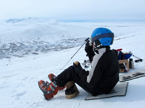 Att hyra randonnéeskidor och dra iväg på en topptur uppför Getryggens vidsträckta fjällsluttning är ett härligt friluftsäventyr – också för yngre åkare.