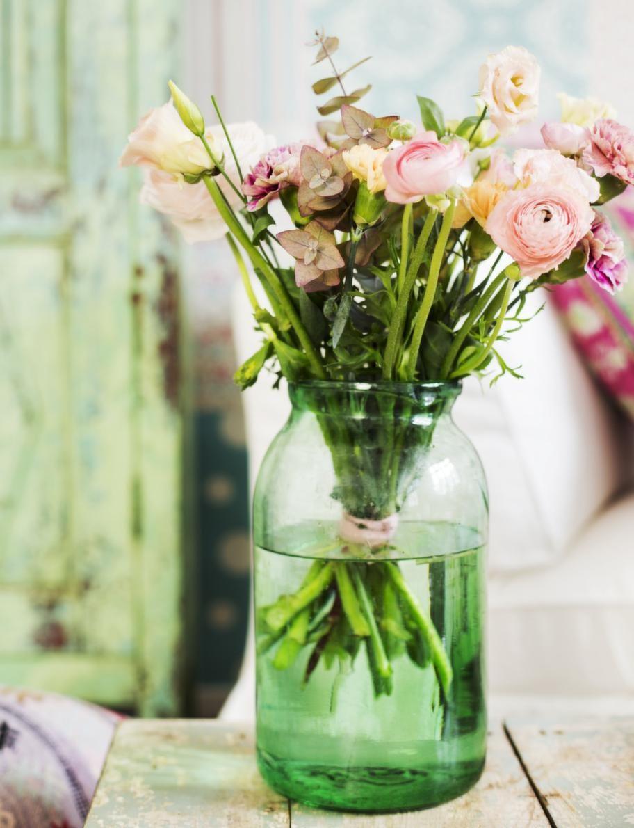 Lek med bleka pasteller och skapa en skön vårbukett. Vas, 750 kronor, Knut & Svea. Bord, 4 450 kronor, Raja. Blommor, Floristkompaniet.