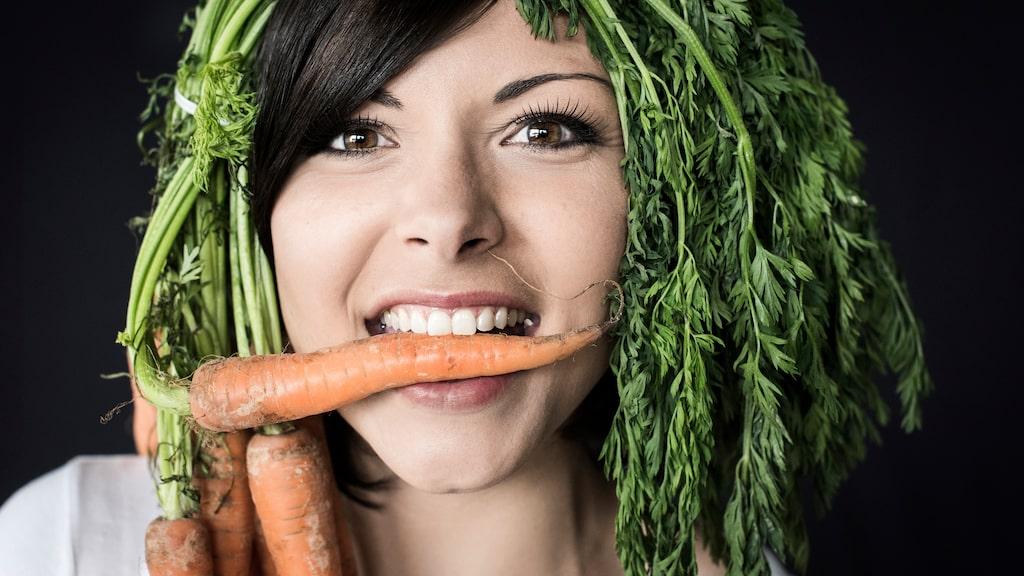 Kasta aldrig morotsblasten! Den är ätbar och man kan återodla den så enkelt.