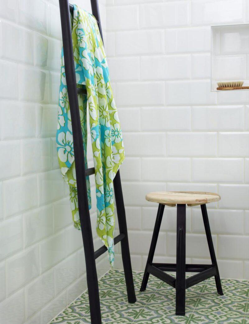 Att ha en stege lutad mot väggen i badrummet är både snyggt och praktiskt, stege, 350 kronor, Room. Pall, 865 kronor, House doctor/Pub.