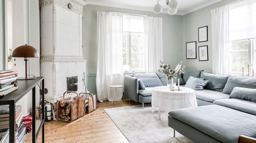 Mysigt vardagsrum med kakelugn.