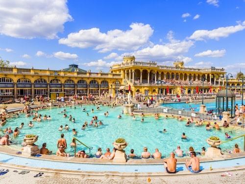 Széchenybadet i Budapest är ett fantastiskt utomhusbad.