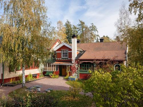 På gården Lilla Hyttnäs har Karin och Carl Larsson skapat inredningshistoria.