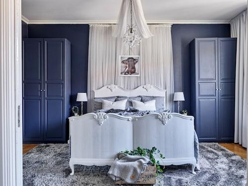 Sängen från 1800 talet, är köpt på Blocket och ommålad. Sänghimlen är gjord av flera lager av tyllgardiner, Ikea. Poster, från Love Warrior.
