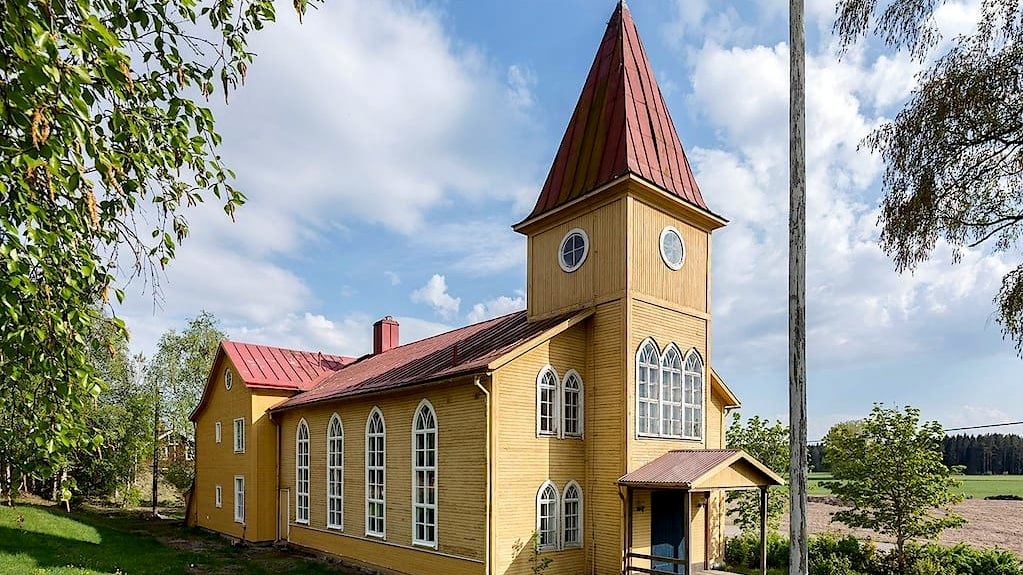 Sanbys Missionskyrka omges av lugn och vacker natur.