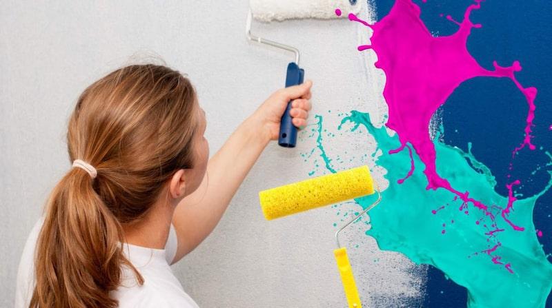 Innan du sköljer rollern, spara färg genom att skrapa rollern från färg – så att färgen droppar tillbaka i färgburken.