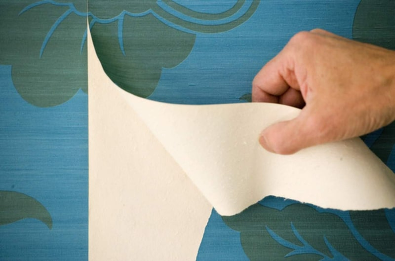 Sitter vinyltapeten dåligt kan du behöva spalta av platslagret. Det kan dock vara svårt att få ett bra resultat. Prova först på en liten bit och se om plastlagret släpper som det ska. Om fästpapper (det som blir kvar efter spaltning) och eventuell underliggande tapet sitter bra är det bara att måla rätt på. Annars rekommenderas bredspackling, glöm inte att ta bort pappersrester och löst sittande tapeter.