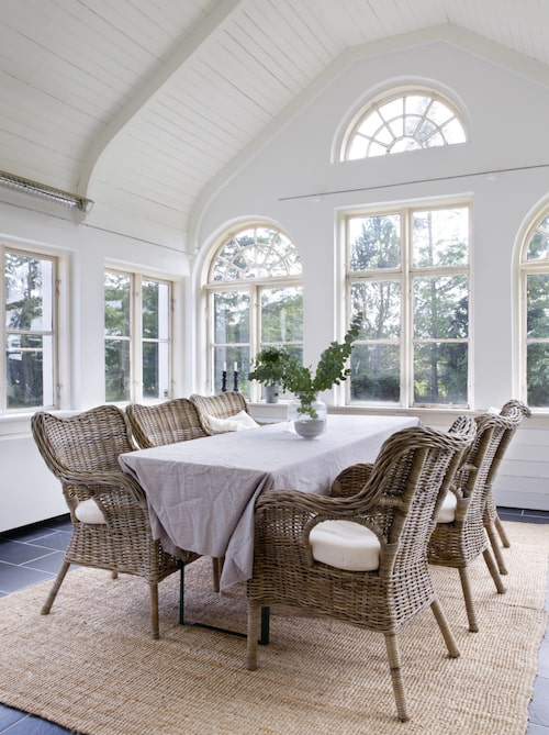Glasverandan har högt i tak och välvda originalfönster, som väntar på att bli renoverade.