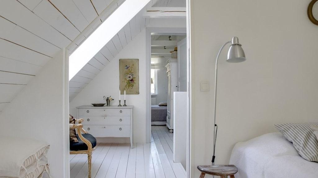 På övervåningen finns de tre sovrummen.